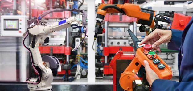 工業用の最新の高品質自動化溶接ロボットアームのエンジニアによるチェックと制御