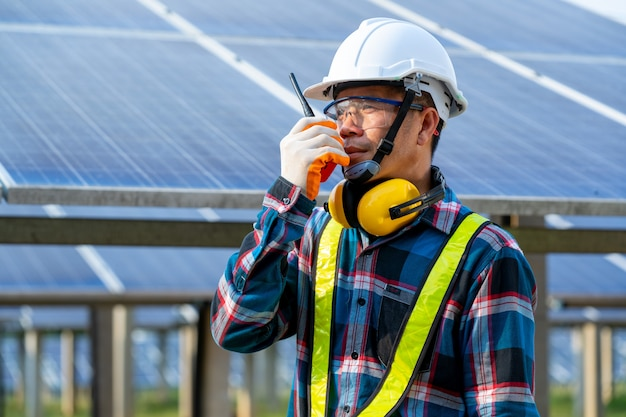 생활 조정을위한 녹색 에너지의 혁신에 태양 광 발전소, 태양 광 발전소에서 일상적인 작업에서 태양 전지 패널을 검사하는 엔지니어.
