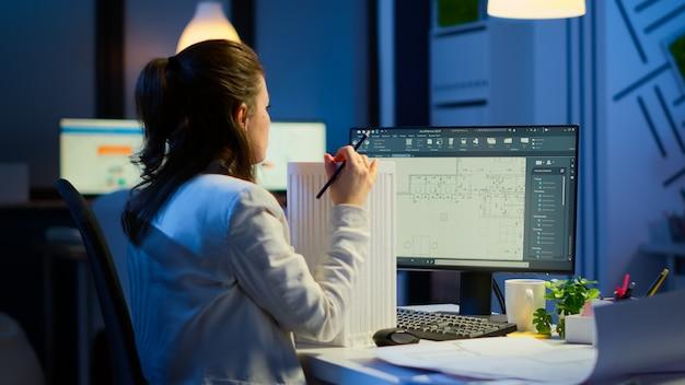 엔지니어 생성자 디자이너 건축가는 비즈니스 사무실에서 작업하는 cad 프로그램에서 새 구성 요소를 만듭니다. 장치 디스플레이에 cad 소프트웨어를 보여주는 프로토타입 아이디어를 연구하는 산업 여성 직원