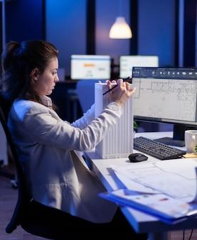 비즈니스 사무실에서 일하는 cad 프로그램에서 프로토타입 구성 요소를 개발하는 엔지니어 생성자 디자이너 건축가