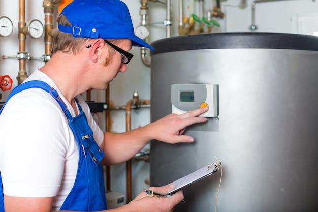 暖房システムを制御するエンジニア