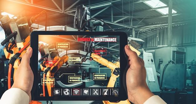 エンジニアは拡張現実産業技術によってロボットアームを制御します