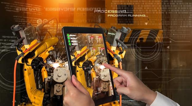 엔지니어는 증강 현실 산업 기술로 로봇 팔을 제어합니다.