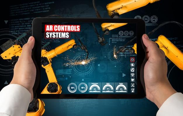 증강 현실 산업 기술로 로봇 팔을 제어하는 엔지니어