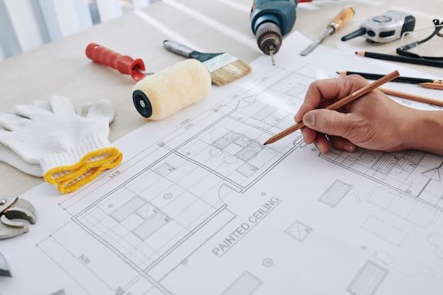 Инженер исправляет чертеж здания