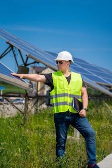 Инженер обсуждает установку солнечных панелей на солнечной электростанции.