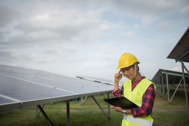 Инженер электрический женщина проверки и обслуживания солнечных батарей.