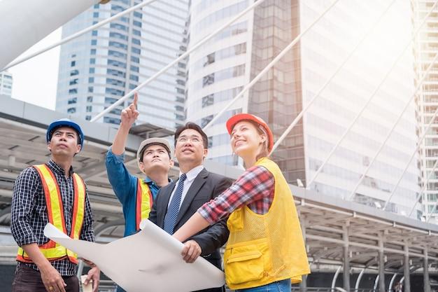 市内の大規模プロジェクトのビジネスマン会議契約を持つエンジニアグループ