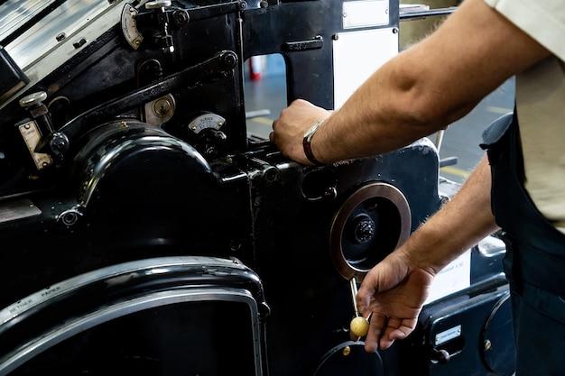 엔지니어 손 손가락 프레스 버튼 제어 cnc 기계, 창고에 있는 노동자 공장 기계