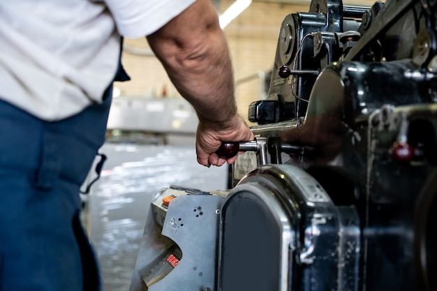 엔지니어 손 손가락 프레스 버튼 제어 cnc 기계, 창고의 작업자 기계