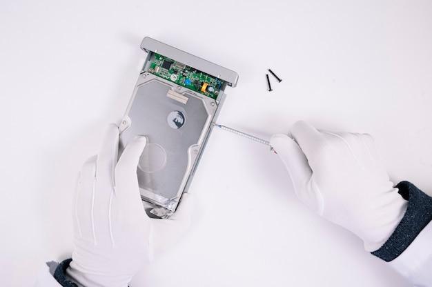 Инженер вручает ремонт жесткого диска в лаборатории. профессиональная техническая поддержка.