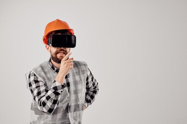 オレンジ色のヘルメット技術のエンジニアプロの孤立した背景。高品質の写真