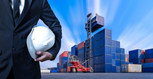 Инженер в контейнерном дворе, промышленный контейнерный двор