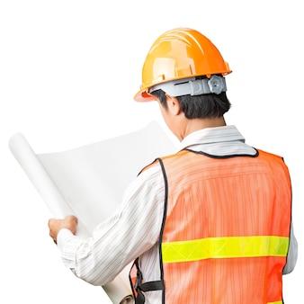 Инженер в жилете безопасности проверяет пустые планы на белом фоне
