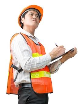 Инженер в жилете безопасности с блокнотом осмотра на белом фоне