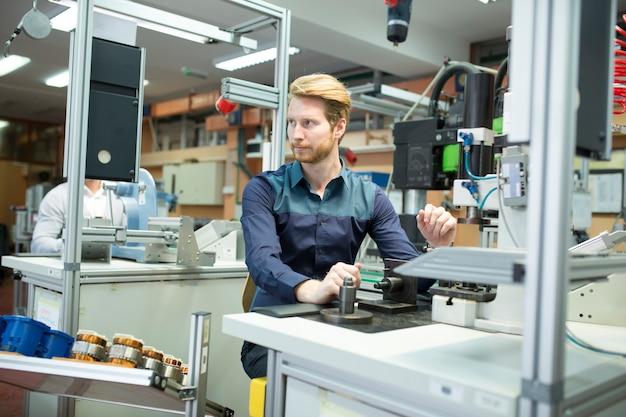 Инженер на заводе