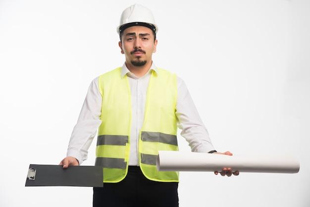 프로젝트 계획을 들고 균일 한 엔지니어.