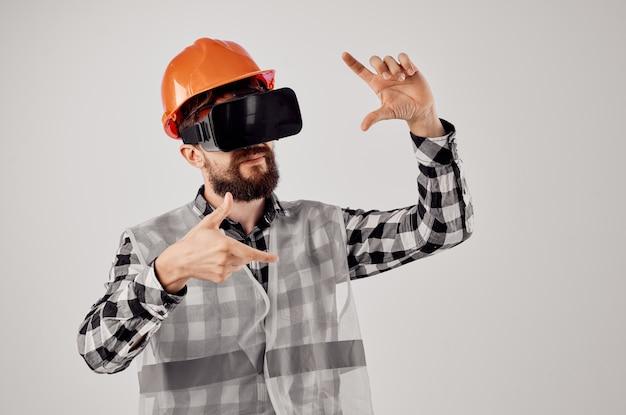 Инженер в виртуальной реальности очки инновации изолированный фон
