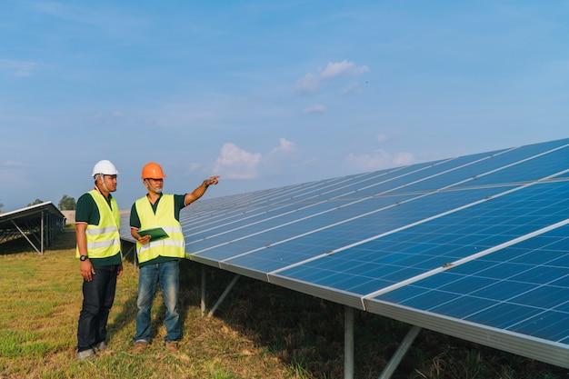 エンジニアが太陽光発電所でソーラーパネルを検査