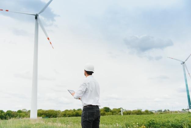 Wind farm의 프로젝트 관리자를 검사하는 엔지니어. 환경에서 일하는 남자