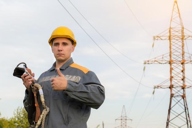 Инженер осматривает оборудование станции