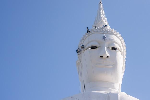 왓 푸마 노롬 묵다 한-태국에서 엔지니어가 건물 머리 동상 스님 수리
