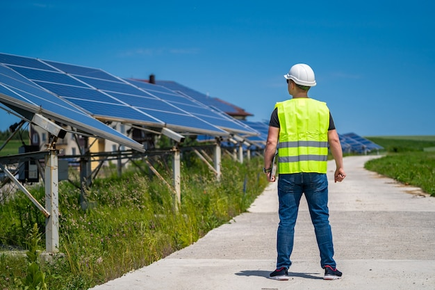 Инженер изучает новую энергетическую базу панелей солнечной системы.