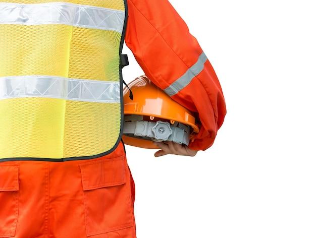 Инженер в защитной форме держит шлем на белом с обтравочным контуром
