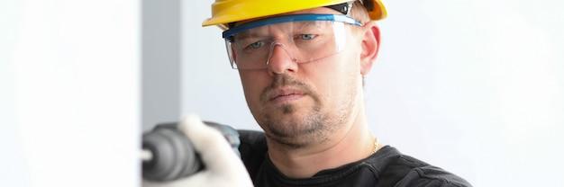 Инженер человек с серьезным лицом