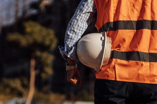 엔지니어 남자 작업 또는 건설 건물 사이트에서 확인