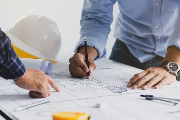 パートナーおよびエンジニアリングと協力する建築プロジェクトのエンジニア会議