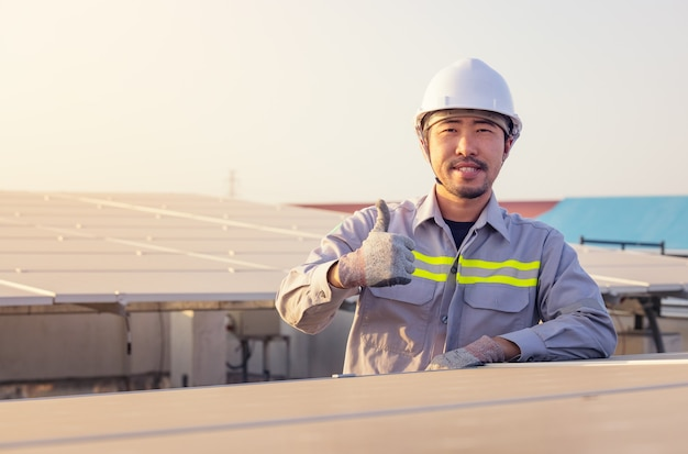 태양 광 발전소의 엔지니어. 친환경 에너지. 전기. 전력 에너지 패널.