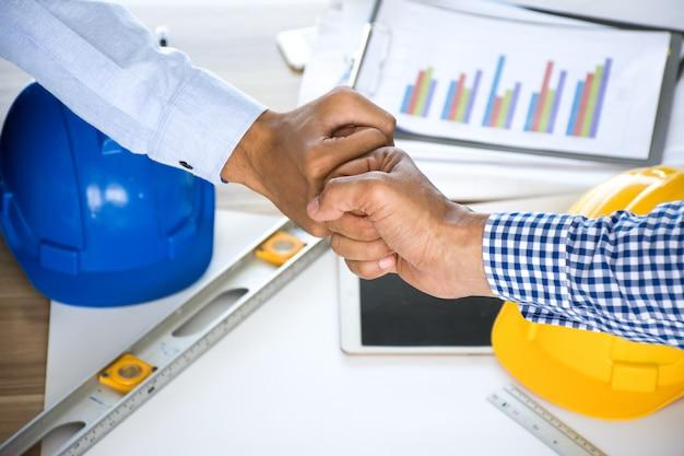 팀워크에 대 한 엔지니어 또는 건축가 및 사업가 주먹 범프.