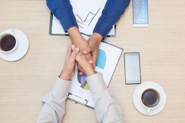 엔지니어 또는 건축가 및 사업가 손을 함께 팀워크를 잡아.