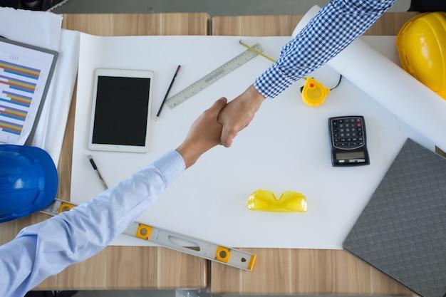 엔지니어 또는 건축가 및 사업가 팀워크를 위해 함께 악수.