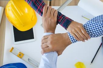 Инженер или архитектор и бизнесмен Объединенные Руки вместе для совместной работы.