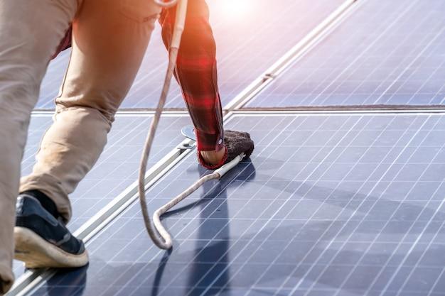 Инженер или электрик проверяет и обслуживает замену солнечной панели на солнечной электростанции, зеленая энергия и устойчивое развитие для генератора солнечной энергии, технология солнечных батарей