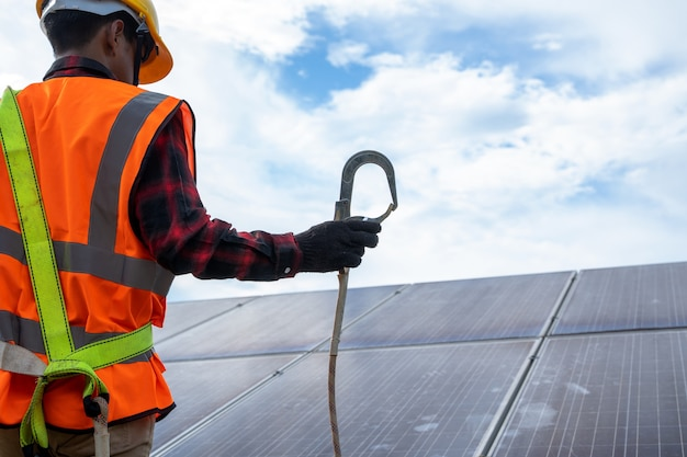 엔지니어 또는 전기 기술자는 태양광 발전소의 교체용 태양 전지판에 대한 점검 및 유지 보수, 녹색 에너지 및 태양 에너지 발전기의 지속 가능한 개발, 기술 태양 전지