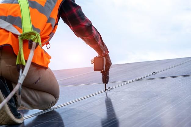 엔지니어 또는 전기 기술자는 태양광 발전소에서 교체용 태양 전지판을 확인하고 유지 관리하고, 녹색 에너지와 태양 에너지 발전기를 위한 지속 가능한 개발을 확인합니다.