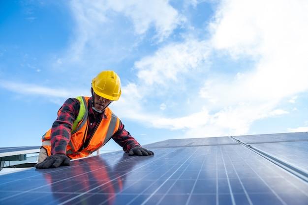 태양광 발전소에서 교체용 태양 전지판을 작업하는 엔지니어 또는 전기 기술자, 개념 태양광 발전소에서 생활을 위한 녹색 에너지 혁신.