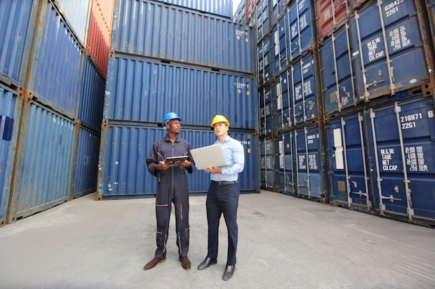 엔지니어 또는 감독관이 항구의화물에서 선적 컨테이너 상자를 확인하고 제어합니다.