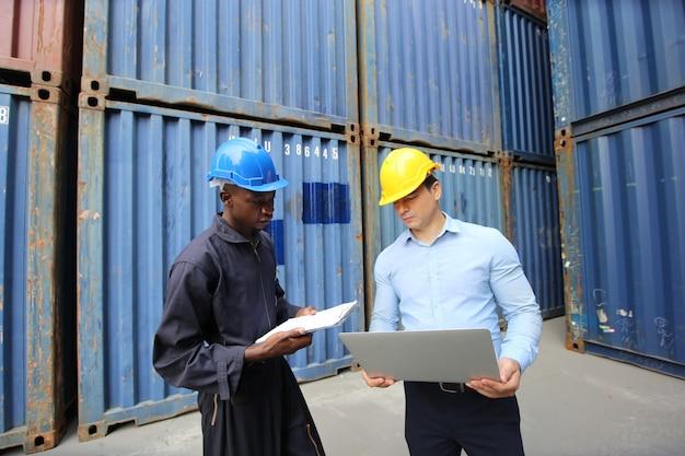 エンジニアまたはスーパーバイザーは、港の貨物からのコンテナの積み込みボックスをチェックおよび制御します。