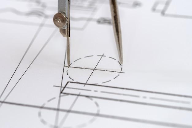 Рисунок инженера на белой бумаге как поверхность крупным планом