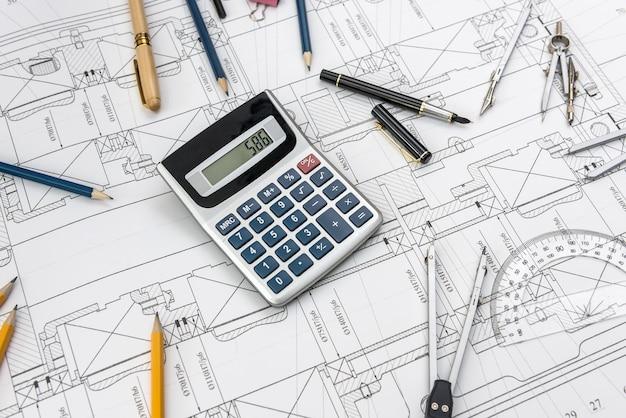 さまざまなツールの上面図を使用したエンジニアの図面。技術コンセプト