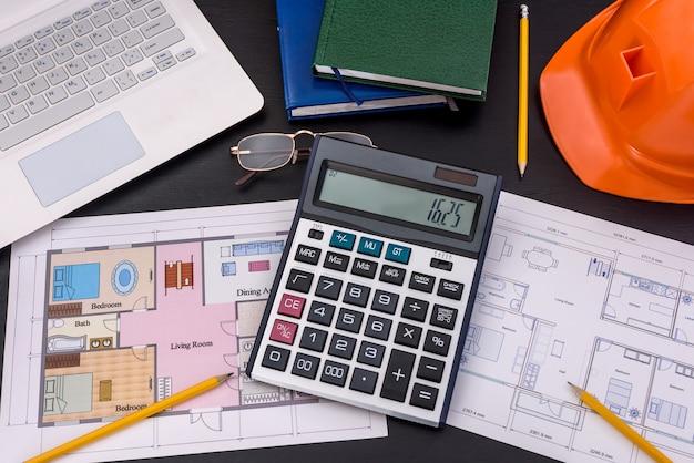 노트북 및 주택 계획이있는 엔지니어의 작업 공간