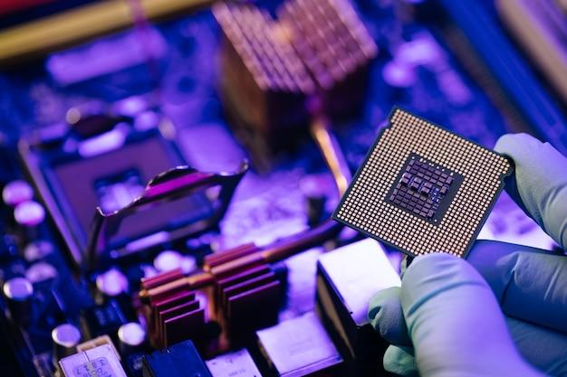 Инженер показывает компьютерный микрочип на материнской плате