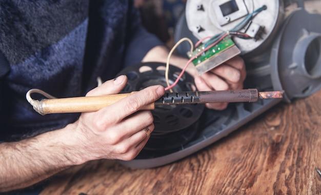 진공 청소기의 납땜 회로 기판 엔지니어.