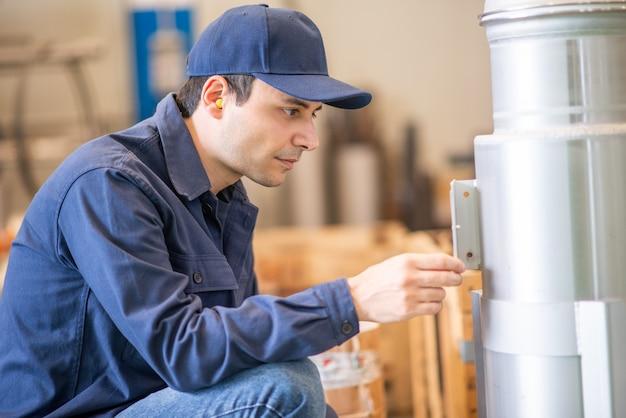 工場で船をチェックするエンジニアの監督者