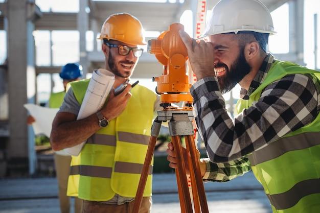 Инженер-геодезист работает с теодолитом на строительной площадке. люди архитектор промышленной концепции