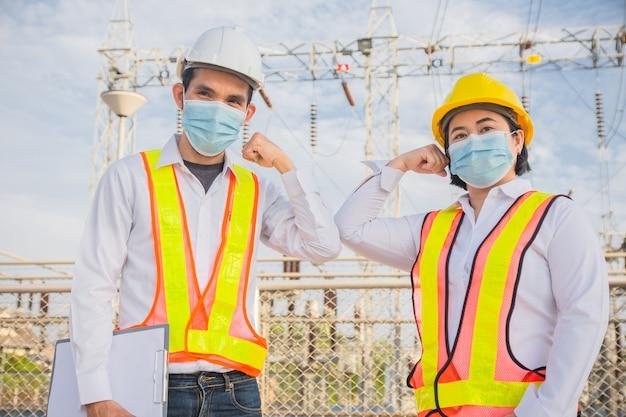 엔지니어 팀워크 악수 손대지 않고 의료용 마스크 착용 코로나 바이러스 보호 covid19